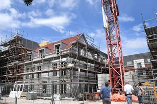 Ter ere van het bereiken van het hoogste punt hees Kees van der Kroon een vlag in de bouwkraan.